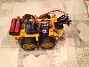 Gele auto robot